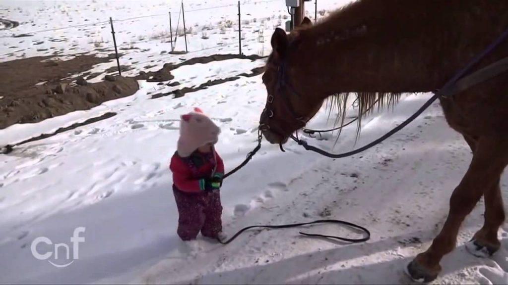 Emma är ute och promenerar med sin häst. När du ser dem två tillsammans kommer ditt hjärta smälta.