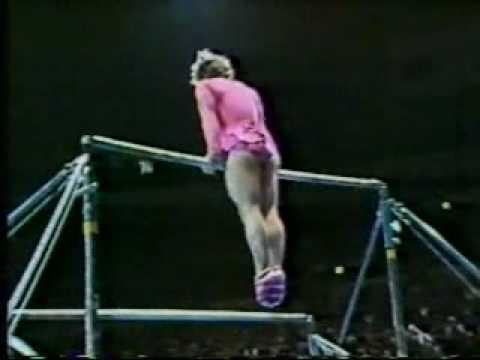 Gymnasten ser ut att tappa balansen – men sen händer något oväntat!