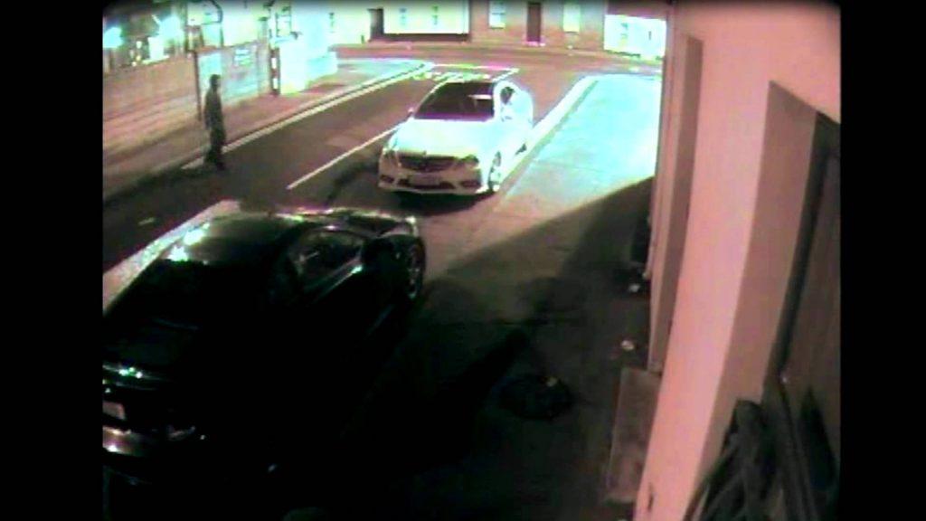 Han försöker krossa rutan på en bil men somliga straffar gud med detsamma!