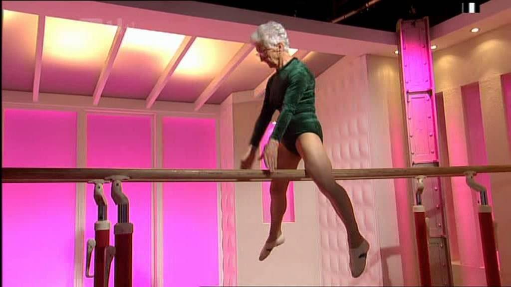 86 år gammal gymnast bjuder på en fantastisk uppvisning i gymnastiksalen!