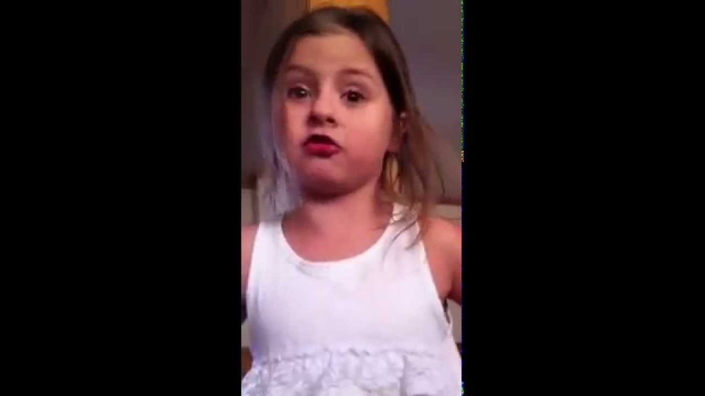 Den lilla flickan har bestämt sig. Hennes revolt med mamma har gjort internet-succé världen över!