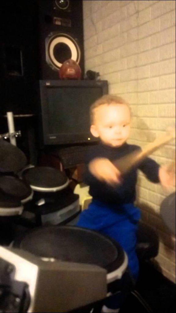 Pappan filmar sin 2-åriga son som spelar trummor – kolla in vad som händer vid 0,25 WOW!
