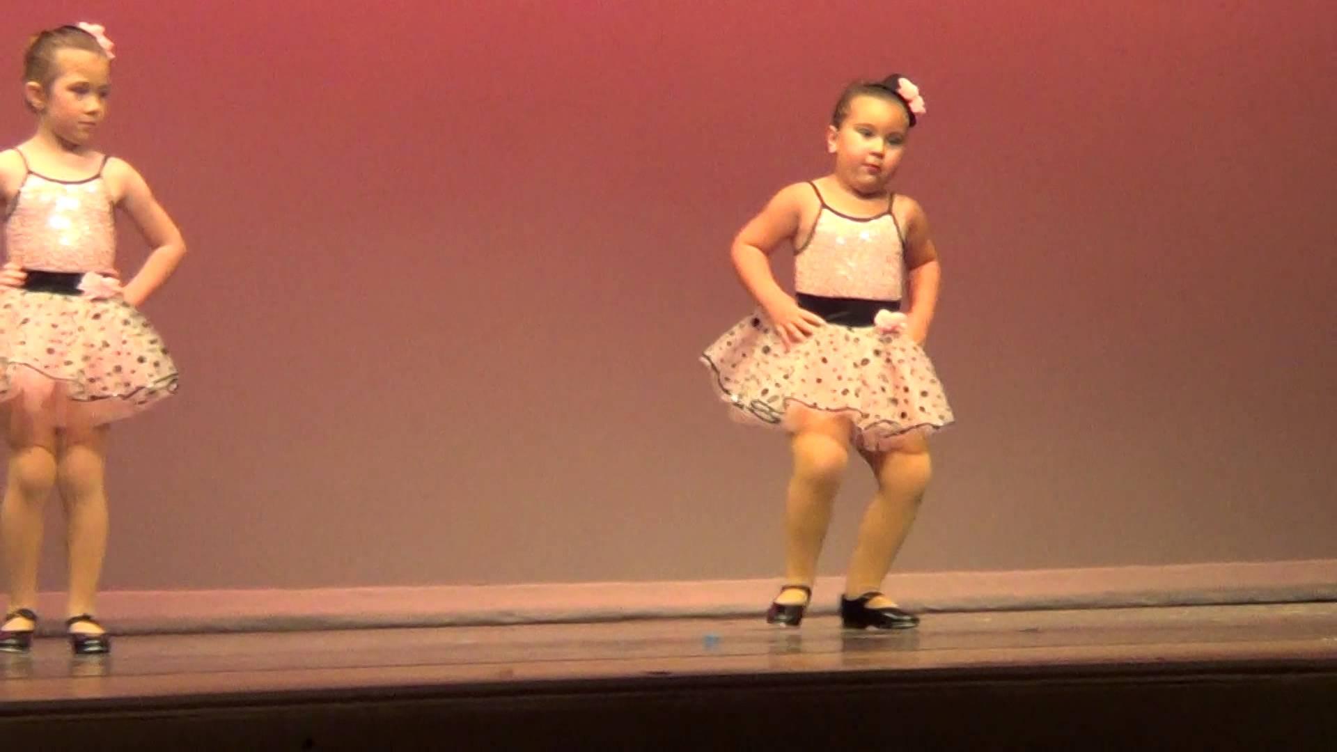 Publiken kan inte sluta jubla när sexåringen visar hur man äger scenen