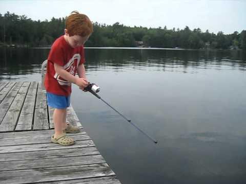 Det är första gången pojken fiskar. Ni kan aldrig gissa vad som händer inom några få sekunder!