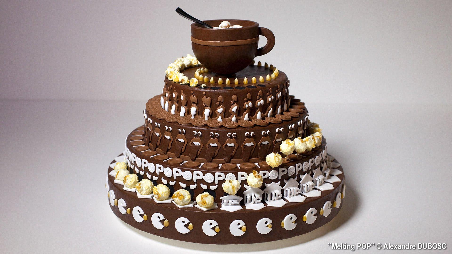 Det ser ut som en fin tårta men kolla in vad som händer när den snurrar!