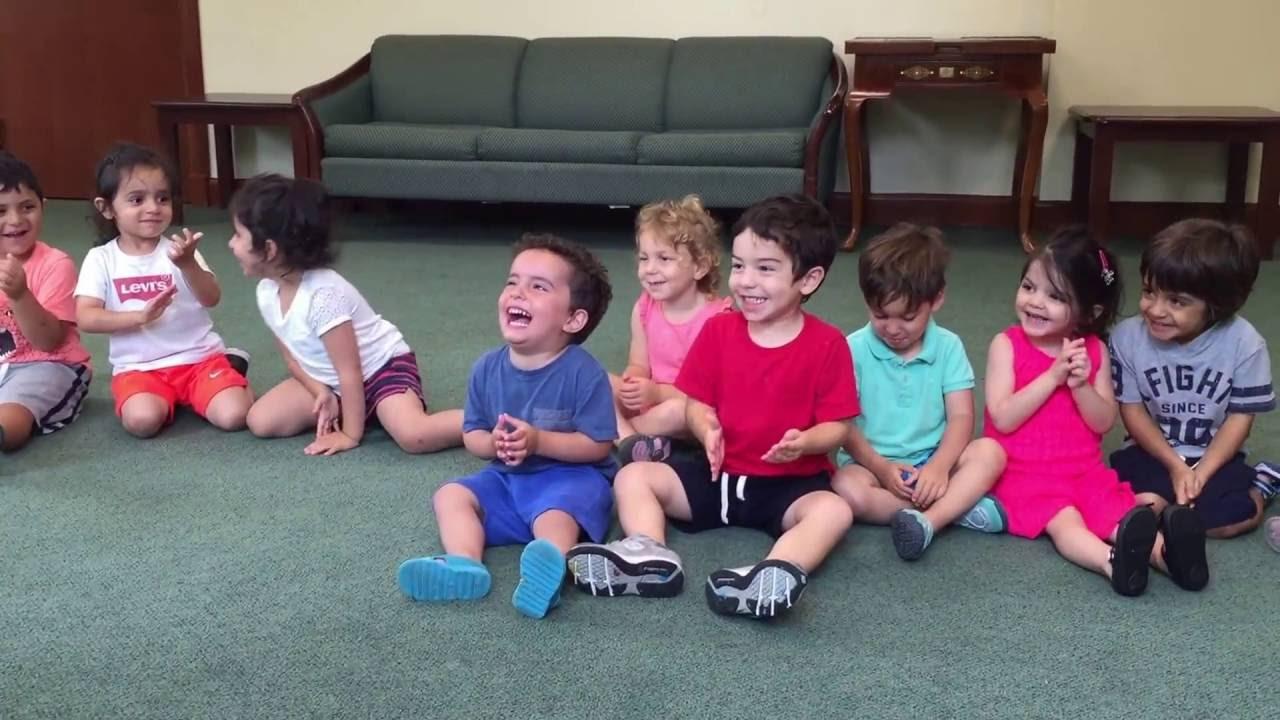 Fröken ber alla barn att klappa händerna. Håll ett öga på vad pojken i blå tröja gör då!