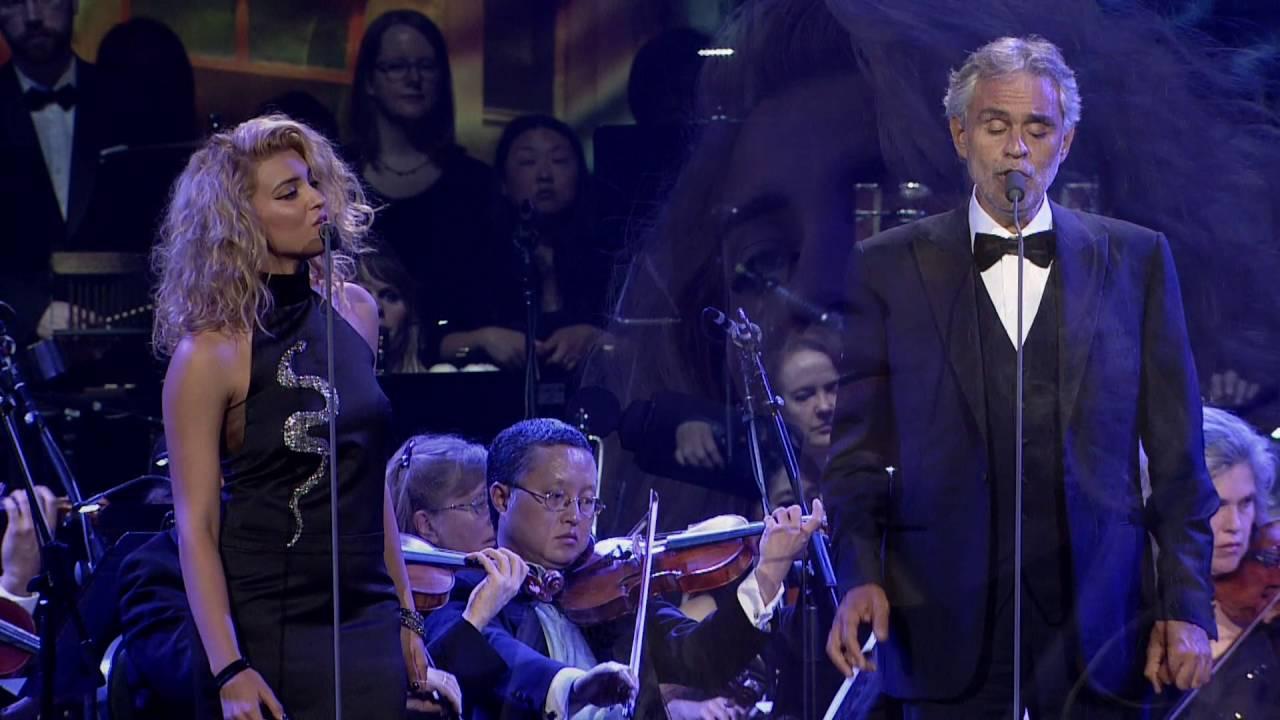 Han är världens bästa sångare, har ni sett VEM som kliver upp scenen med honom!