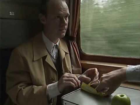 Han äter upp en okänd mans chokladkaka på tåget, men hämnden är ljuv!