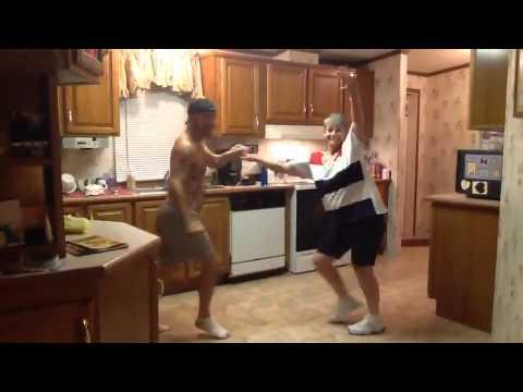 Kolla in morsans fotarbete när hon dansar med sin son!