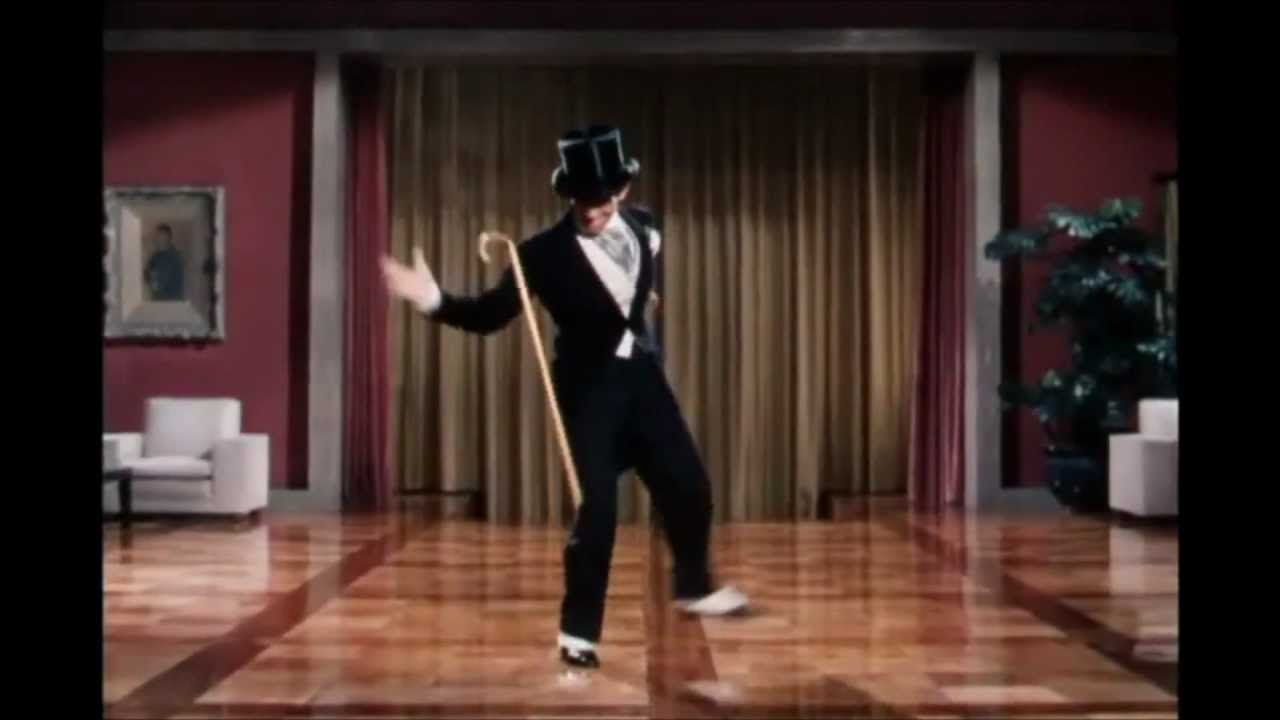 Mannen i svart smoking dansar till en känd låt från 1987. Denna mashup är det bästa vi sett på länge!