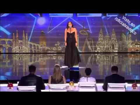 Juryn njuter av hennes vackra opera, sen plötsligt sliter hon av klänningen och chockar alla!