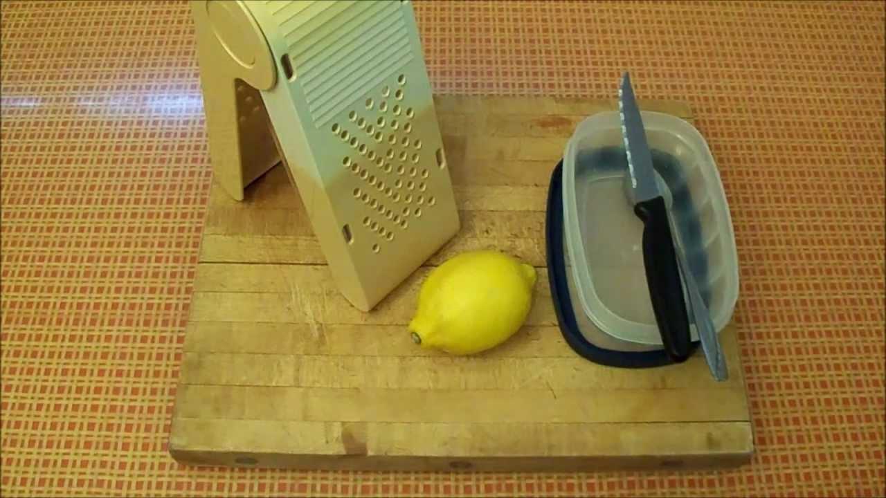 Han lägger en hel citron i frysen, anledningen är genial!