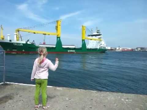 Flickan försöker få kaptenen att tuta. Se vad som händer då!