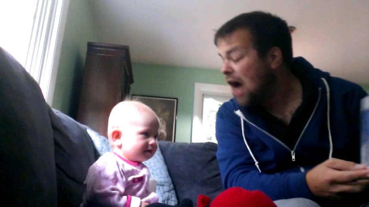 Flickans morbror läser godnattsaga. Hennes reaktion är helt fantastisk!