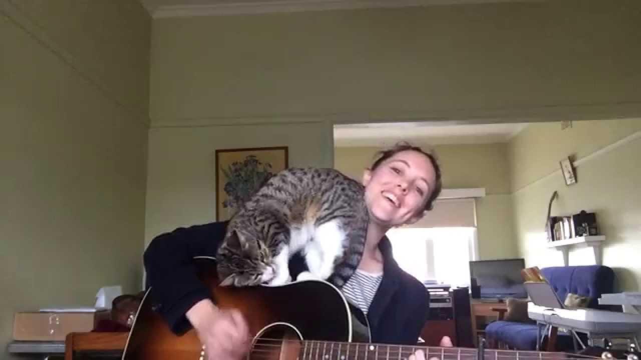 Katten tycker att matte tar för stor plats, kolla in vad den gör när hon börjar spela!
