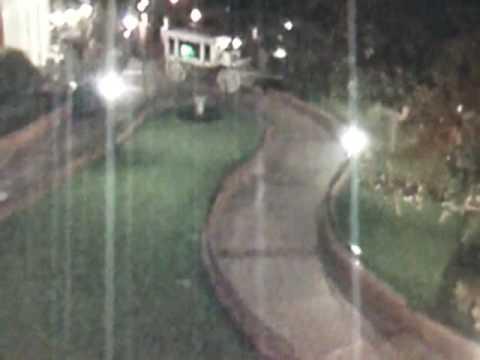 Läskig spökliknande figur fångades av övervakningskameran på Disneyland