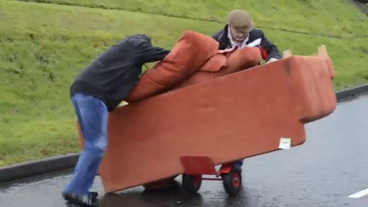 Två berusade gubbar försöker transportera en soffa. Gapskratt!