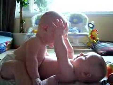 Tvillingarna har inte lärt sig prata än, men lyssna noga på vad de säger till varandra!