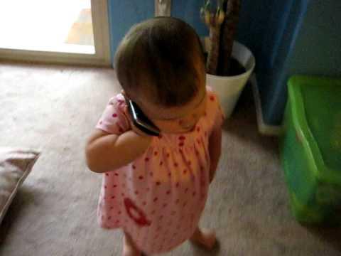 Flickan svara när pappa ringer. Det dottern säger förbryllar hela internet!