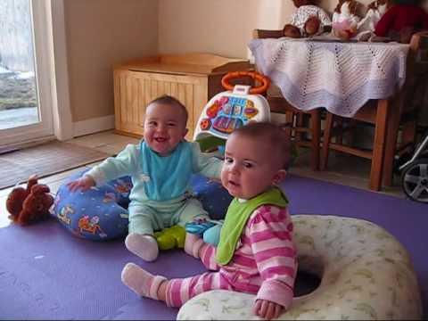 Tvillingarnas reaktion när pappa kommer hem är obetalbar!