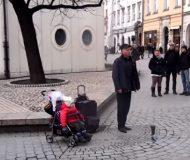 Han står på gatan och sjunger, men kolla in vad dottern i vagnen gör då!