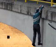 Killen riskerar allt för att rädda hunden. Kolla in vad han gör!
