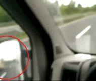 Han åker på motorvägen, men kolla till vänster vad som händer efter 14 sekunder – Galet!