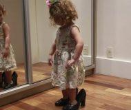 Den lilla flickan lånar sin mammas skor, nästa grej som händer har charmat hela Internet!