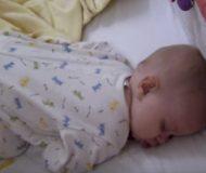 Det är söndagsmorgon och mamman försöker väcka sin bebis. Det som händer då fick mig att trilla av stolen!