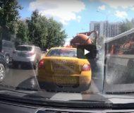 Tankbil full med avföring stöter på problem. Det som händer sen får bara INTE hända!