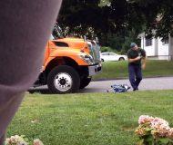 Varje gång sopgubben kör förbi gör han detta mot hunden. Alla borde se!