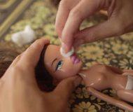 Hon skrubbar bort dockans ansikte och gör ett nytt. När du ser resultatet kommer du direkt vilja ha en!