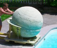 Killen kastar i en 1000 kilo tung badbomb i poolen och resultaten är så tillfredsställande!