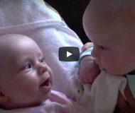 Tvillingarna får ögonkontakt. Det som händer sen har satt hela Internet i gungning!