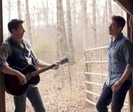 De superkända tvillingarna har släppt en ny sång. Mot slutet är det svårt att hålla tårarna borta!
