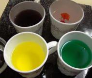 Han häller karamellfärg i kaffekoppar. Kolla in vad han lägger i vattnet sen. Perfekt knep till påsk!