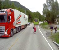 Pojken springer rakt ut framför lastbilen, men det som händer sen är helt otroligt!