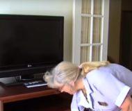 Städerskan på hotellet öppnar byrålåda i det äldre parets rum. Titta nu noga vad som dolde sig där!