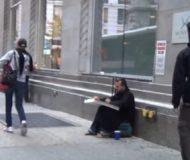 Den hemlösa mannen får en pizza, men kolla in vad han gör med den.